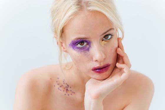 Portret kobiety z ekstrawaganckim makijażem - Plamy i przebarwienia