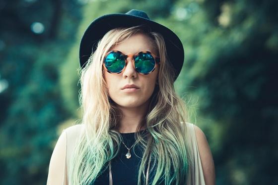 Blondynka w okularach - jak leczyć przebarwienia
