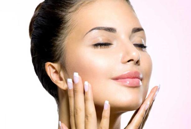 Kobieta gładząca się po twarzy- usuwanie zmarszczek